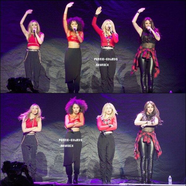 10/02/14 : Les filles en première partie du « Neon Light Tour » à Vancouver.