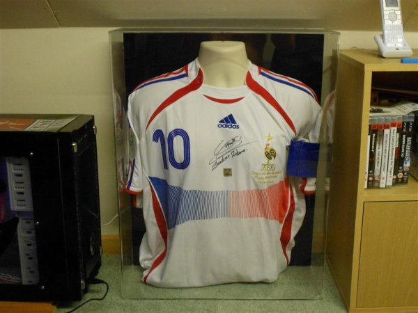 Signed replica Zidane Shirt and armband worn by Zidane in the 2006 world cup final