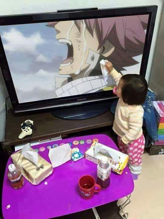 Trop kawaiiii bon elle sèche pas les larmes la elle touche ses habits :')