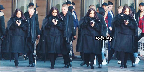 20/03/18 : Notre chanteuse, Demetria Lovato a été photographié alors qu'elle sortait de  son hôtel  situé à Toronto - ON. C'est toute de noir vêtue et prête à braver le froid que notre Demetria s'est montré en ce 20 mars 2018, un tout petit top. • Donne-moi aussi ton avis.