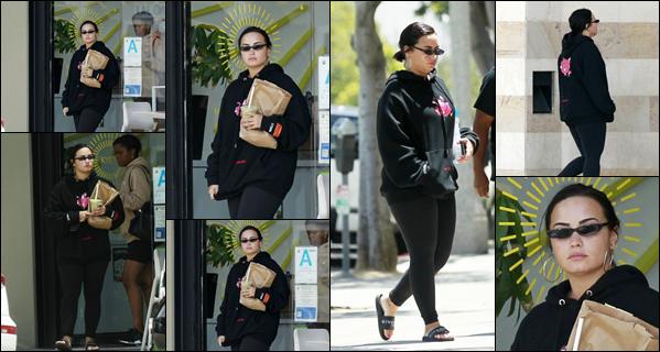 22/05/19 : Demi Lovato a été photographiée, alors,qu'elle se baladait dans les grandes rues  de la ville de Santa Monica !  Demi, était très peu souriante ce jour-là et semblait un peu énervée contre les paparazzis. Je donne un petit bof à la tenue, c'est vu et revu, dommage !