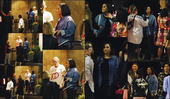 """"""" -23/07/19 •- Demetria D. Lovato à été phographiée célébrant l'anniversaire d'un ami à elle, à - Los Angeles, CA !  C'est une Demi L.  très soignée et souriante que nous voyons là. J'adore clairement sa coiffure. ○ Un sublime top pour la belle chanteuse ! ."""