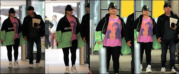""""""" -17/08/19 •- La discrète Demi Lovato à été photographiée et vue à l'aéroport d'Heathrow situé à Londres, UK !  Déjà deux sorties ce mois-ci, Demi se montre un peu plus ! Elle a également été au concert d'Ariana Grande à Londres. ○ Un top, Demi ! ."""
