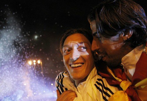 8. Mesut Özil & Sami Khedira  Not Requested / Ecrit par Lina