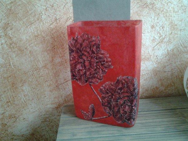 vase rouge fleurs noires