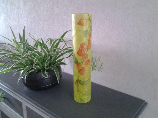 grand vase fond vert fleurs physalis