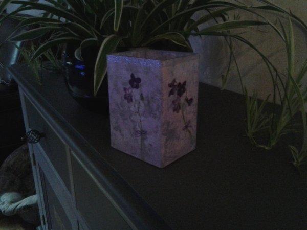 vase mauve motif pensees
