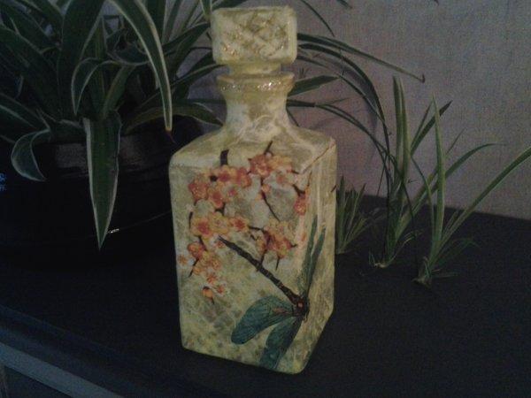 bouteille jaune motif fleurs libellule