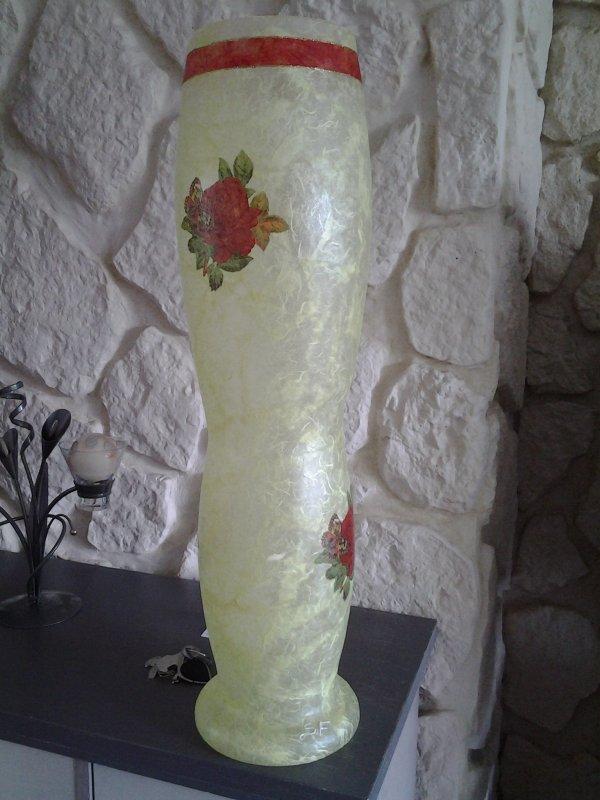 Tres grand vase couleur jaune fleurs rouges