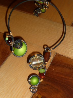 Collier ouvert devant avec partie qui descend dans le dos vert anis et marron