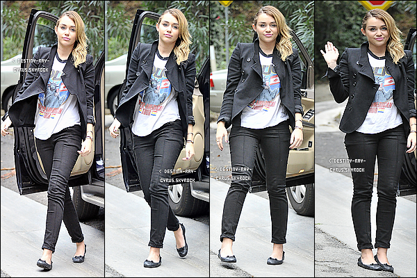 .  06/11/11 - Miss. Cyrus à été photographié prenant la pose devant les paparazzis dans Studio City ! .