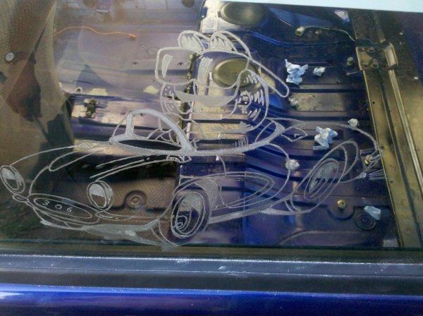 gravure sur les vitres de la 306 encourt