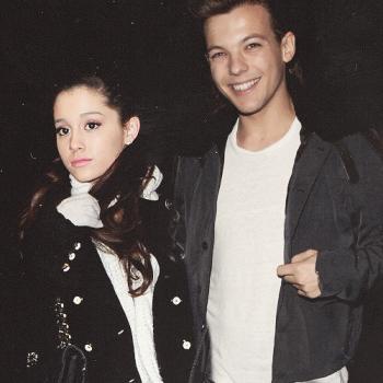 """""""Répétez après moi: Zayn est juste qu'un vendeur de roses, il ne sert à rien d'autre."""" - Ariana."""