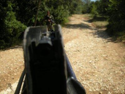 ISTC Règle n°2 : Ne jamais pointer le canon d'une arme vers quelque chose que l'on ne veut pas détruire.  Donc si c'est ton pote, tu as tout faux!!