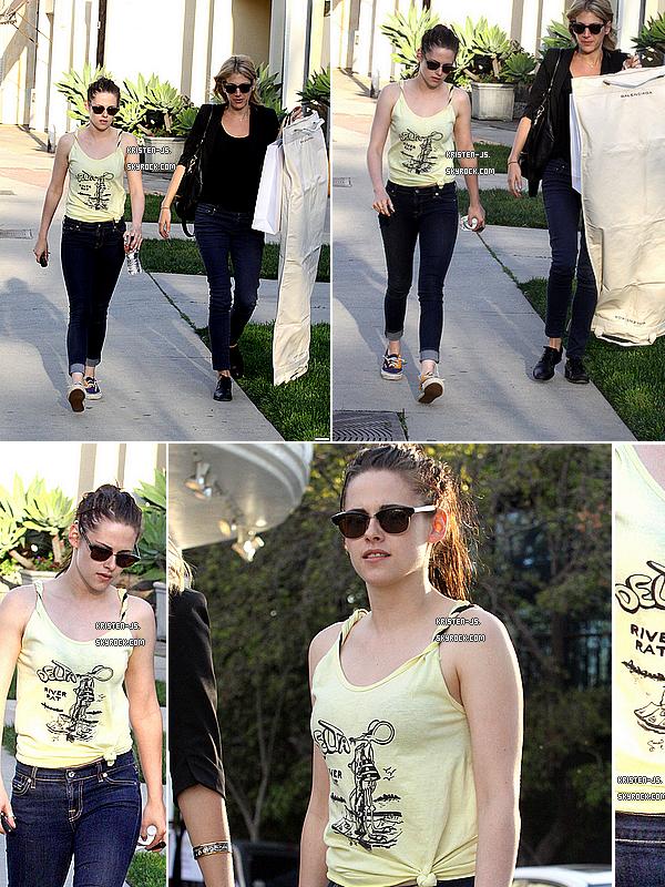 . 23/02/12 : Kristen et Ruth ont été aperçues en train de quitter un magasin Balenciaga, à Los Angeles .  .