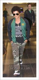 """20/06/13 - Bruno aperçu à l'aéroport Reagan à Washington D.C. ― 18/06/13 - Bruno Mars interprète """"Treasure"""" sur """"The Voice"""""""