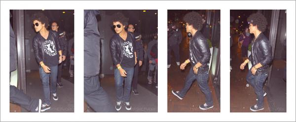 11/11/13 - Bruno Mars gagne un award aux MTV à Amsterdam