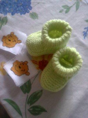 Des chaussons vert pour un futur petit garçon qui va arriver dans la famille