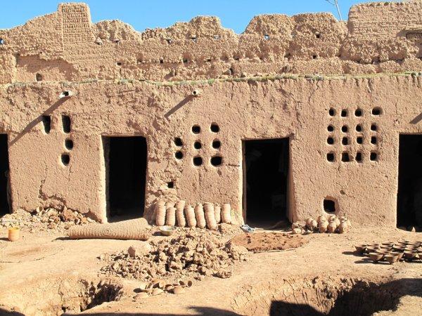Sur la façade d'un atelier de poterie à Tamgrout