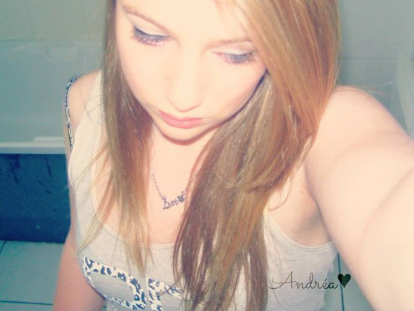 Regardes moi, je sourie à la vie, je suis heureuse, les yeux qui pétillent, toujours en train de rire, enfin bref, je vais bien. ♥