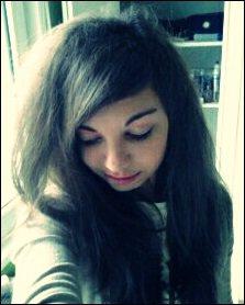 Je ne suis pas une fleur qui s'épanouit au vent, mais juste une fille qui rêve au prince charmant.