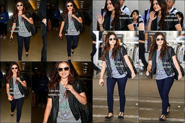.  13/08/2013: La souriante Lucy Hale a été aperçue quittant l'aéroport LAX à Los Angeles. .