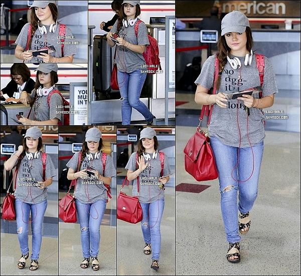 .  09/09/2013: La charmante Lucy Hale a été aperçu fessant du shopping dans Urban Outfitter. .