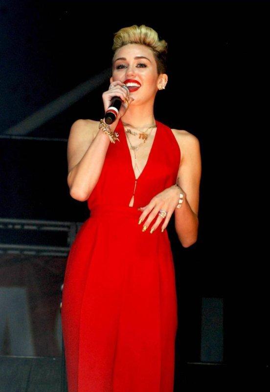 Le look de Miley Cyrus : B96 SummerBash, une hôtesse en combi rouge sexy !