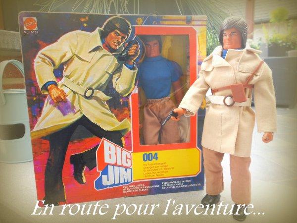 """Big Jim Agent 004, 0-4...  J'avoue.. J'ai joué à la poupée étant gamin et celle ci pouvait changer son visage en faisant pivoter son bras quand Barbie pouvait pas.. Une certaine classe avec sa veste à la Colombo garanti 100% polyamide, sa valise type Oscar Goldman et sa coupe Playmobile.L'agent spécial était un vrai bestseller fin 70 début 80 surtout en short...  Mention spécial """"Bien"""" pour l'illustration au dos avec ce château imprimé en haut rappelant les meilleurs James Bond, Big jim, Big James...  Celui ci n'aura eu aucunes missions vu que mon ami Richard Blin la trouvé dans un vieux magasin..""""Pas bien"""".  Il suffit souvent de regarder longtemps une chose pour qu'elle devienne intéressante et notre liste toujours ouverte, jamais complète en quête de l'objet """"unique"""".  Ce soir, Suède-Belgique et mon pronostic Benjamin Prin, Christophe Plançon, Stephan Wassen, 00-4.  Merci Richard."""
