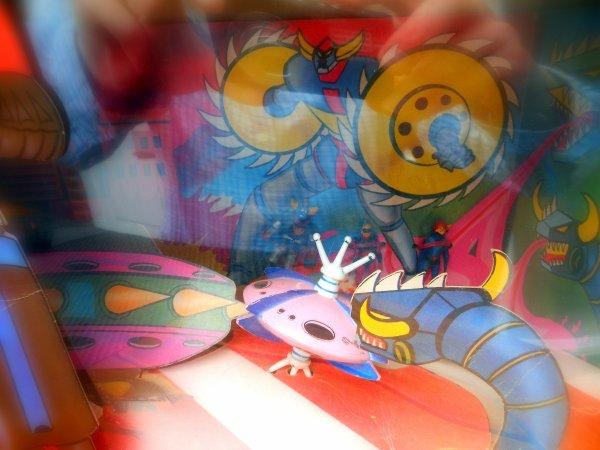 """Visiorama Goldorak. Ami ennemi...  Fabianplastica... Cette marque Italienne était dans les années 70, le plus important producteur de jouets en Europe. Riche en jouets Goldorak, certains ont été produits en coopération avec Mattel Italia et CEJI Arbois France. La particularité de cette marque sont ces fameuses boites fenêtres dites, """"Visiorama"""" ou """"Diorama"""" qui permettait de profiter du jouet sans le sortir de sa boite..l'insert faisant office de décor lunaire,un régal pour les yeux. Certains collectionneurs aiment montrer du doigt la laideur ou le manque de finition de cette gamme quand d'autres en sont friands.. Différentes variantes seront proposées, Ami avec la soucoupe de Goldorak et les """"méchants"""" prisonniers au fond du décor et ennemi incluant la superbe soucoupe Amiral et Actarus et ces amis capturés...  Cette passion du jouet ou chaque pièce apporte trop peu et quand la chasse sera toujours préférée à la prise...  Ami ou ennemi?  David."""