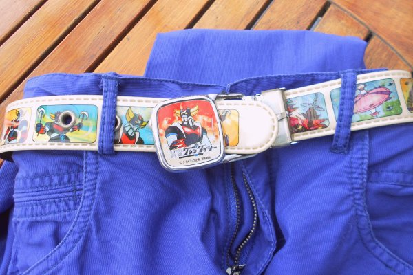 """Ceinture Goldorak: En dessous de la ceinture...  La semaine dernière j'ai craqué pour un nouveau jeans. Un peu trop grand, j'ai du trouver une ceinture... Les poches arrivant aux genoux, c'est plus pour moi! Il me fallait du """"rare"""", du Vinnnntage... C'est fait avec celle-ci datant de 1977.  Ce pouvoir exceptionnel pour saisir les choses quand soudain elles font irruption, silencieuses, nos jouets, nos objets, des rêves, des livres, un film. Soudain, elles se dressent dans leur forme singulière, avec la force de ce qui ouvre les yeux, attire et que l'on aime. Une lumière les porte jusqu'à nous. Elles ne sont pas spécialement familières, elles ne sont plus de toute évidence étrangères.  Je ne passe jamais devant une vitrine décorée, un jouet en bois, une collection chez un ami sans me dire : c'est peut-être le prochain...  Mes amis les plus intimes, y verront peut être un jour, mon tatouage... en dessous de la ceinture.  David."""