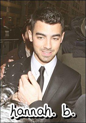 14.02.2011 : Nick dans les rues de L-A + Joe à la soirée Kalvin Klein Homme Automne/Hiver, ainsi qu'à la soirée Mercedes Benz Fashion Week à New-York