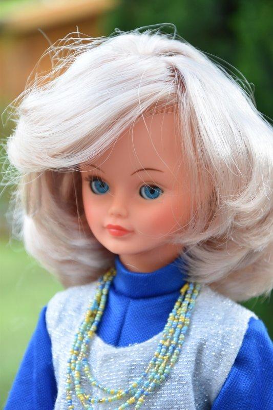 Cathie en tenue de présentation 1981