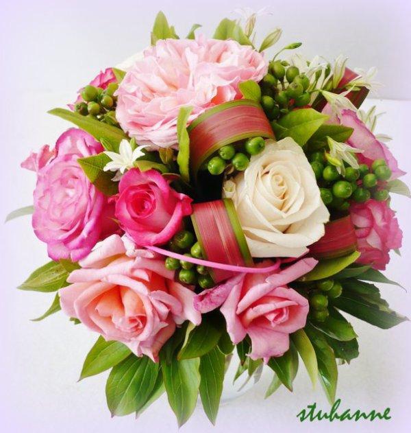 un bouquet à la main