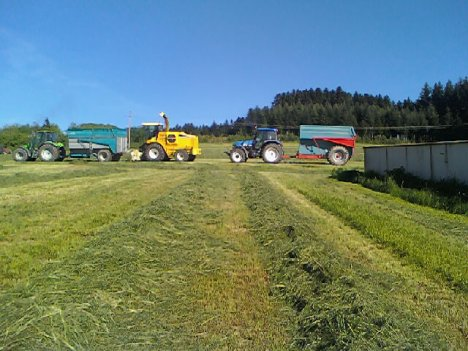 ensilage 2011 avk ensileuse new holland fx 40 deutz fahr agrotron 90 + brochard 8 t et new holland tm 120  avk buchet 9t