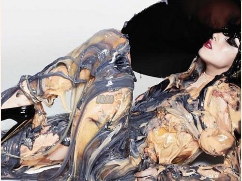 Voici 2 Photos que l'on peut retrouver sur le livret de l'album BTW  Photoshoot de Lady Gaga