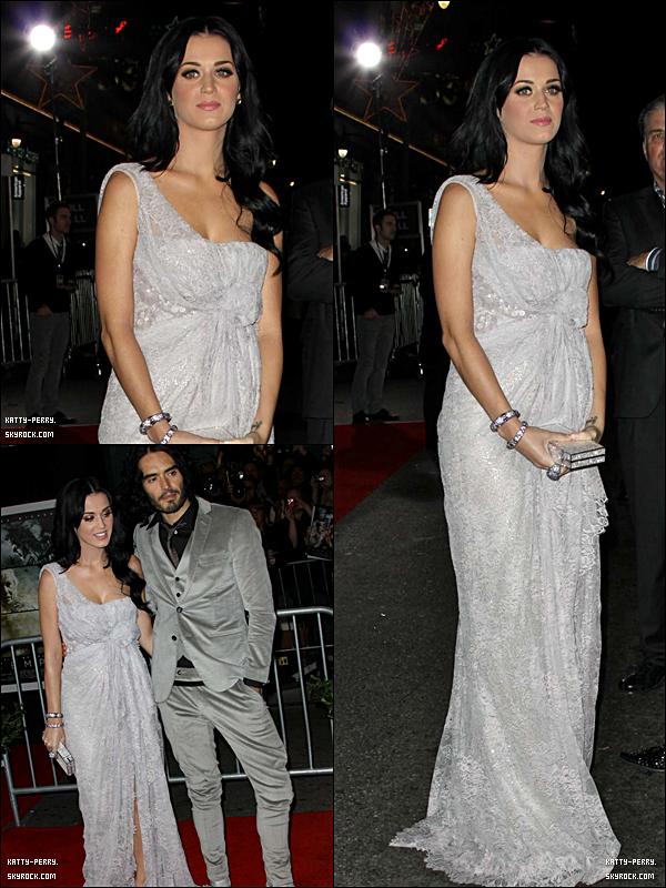 """6 déc. 2010: Pour soutenir Russel Brand, Katy l'a rejoint lors de la première de son film """"The Tempest"""". C'est un top pour sa tenue, et toi qu'en penses-tu?"""