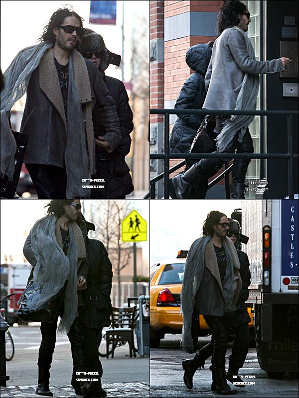 22 déc 2010: Katy et Russel étaient de sortie New York, pour chercher un appartement.