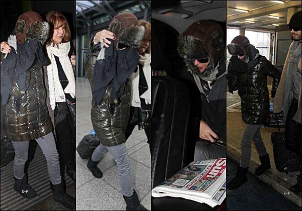 28 Déc. 2010: Katy à été aperçue à l'aéroport d'Heathrow avec Russell Brand pour rentrer en Amérique.
