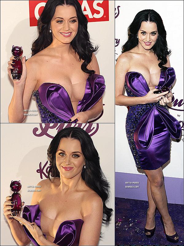 5 Fév. 2011 Katy faisait la promo de son parfum PURR au Mexique. ● Cette robe violette au décolleté très plongeant met très en valeurs les forme de la belle Katy! Alors, tu aimes?