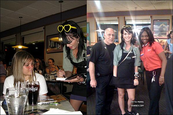 Avez-vous déjà vu: Katy qui distribue des hamburgers? Maintenant OUI ! Cet article est en aparté, les photos datent de 2008.