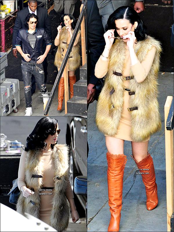 28 Fev. 2011:  Katy été de sortie avec Russell au plateau d'Oprah Winfrey où elle à chanté Firework (Vidéo)● Katy nous fait un big Flop avec ses bottes camel et sa veste en fourrure, ce pendant, Russel nous fait un Top. Ton avis?
