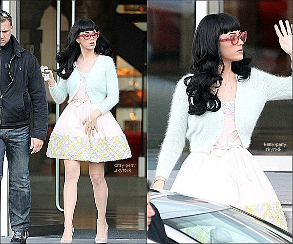 22. Mars. 2011 :  Katy sortant de son hotel Lowry en Angleterre grand TOP!  19. Mars. 2011 : Katy toujours en tournée pour California Dreams Grand TOP.