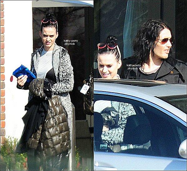 23. Mars. 2011 :  Katy et Russel Brand arrivant à l'aéroport de LAX à Los Angeles.
