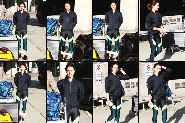 . ◊01/10/17:Adelaide Kaneaétéphotographiée arrivant à Vancouver pour reprendre le tournage de«OUAT»! .