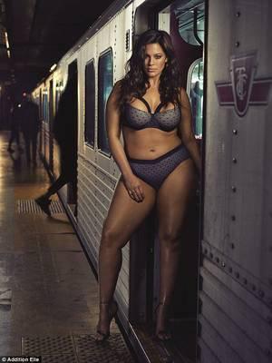 Très jolie fille pour prendre un  train ave