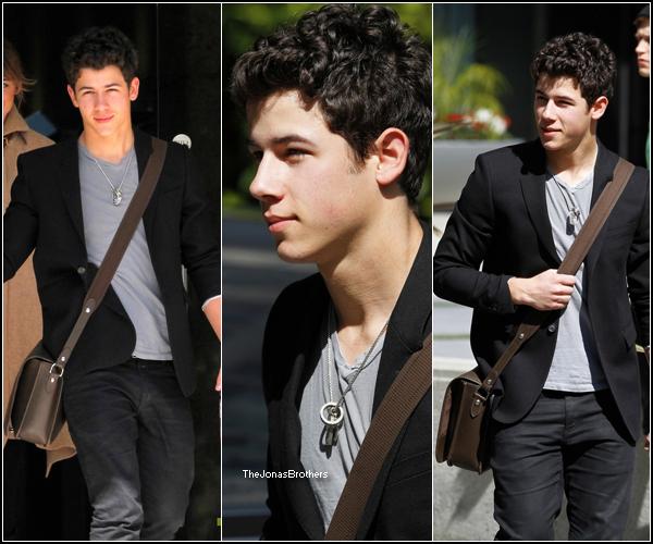 . 22 Février: Nick de sortie pour sa voiture à Los Angeles. Bien habillé et plustôt mignon non? .