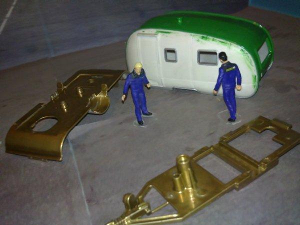 mise en peinture de la caravane de Yann
