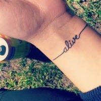Les affaires de Ivy(tatouages, collier, peluche...)