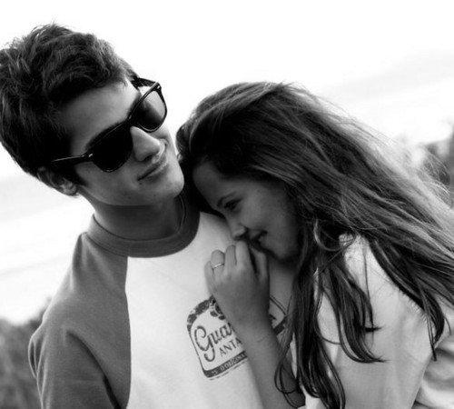 """L'amour c'est cela : faire croire à la personne qu'on désire le plus au monde qu'elle nous laisse de marbre. L'amour consiste à jouer la comédie de l'indifférence, à cacher ses battements de c½ur, à dire l'inverse de ce qu'on ressent. Fondamentalement, l'amour est une escroquerie. """""""